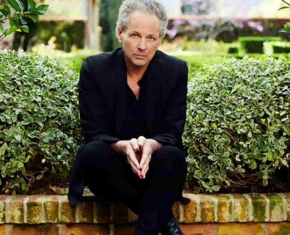 Lindsey Buckingham Goes His Own Way