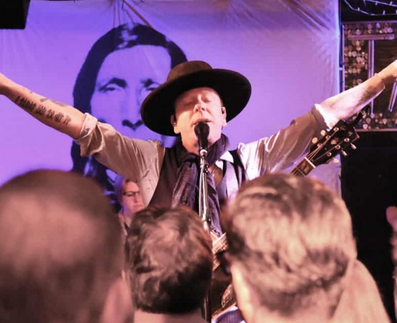 Kiefer Sutherland Brings The Country Feel To The Hamptons