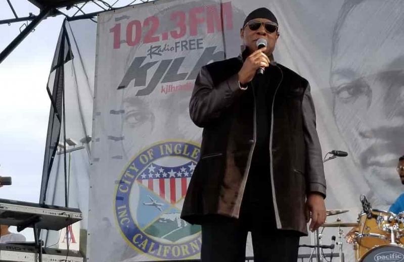 Stevie Wonder crashes an MLK party (cheers)