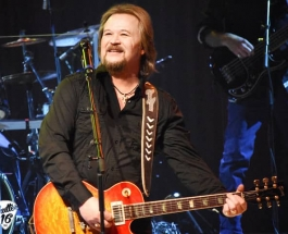 Travis Tritt welcomes his Country Club members to the Theater at Westbury in Westbury, NY